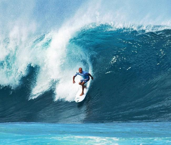 1-pro-surfer-kelly-slater-surfing-in-the-pipeline-masters-contest-paul-topp